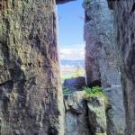 Widok z pomiędzy błędnych skał.