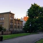 Widok na stary budynek z jednego ze skwerów w Gdańsku.
