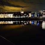 Uniwersytet Wrocławski nocą na tle Odry.